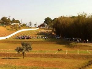 Idoso é enterrado neste domingo (19), em Guarapari (Foto: Fábio Linhares/ TV Gazeta)