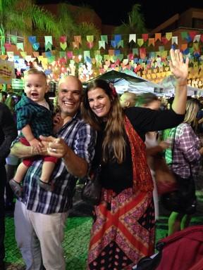 Luciana Coutinho com o marido, Ricca Barros, e o filho, Lucca (Foto: Rafael Godinho)
