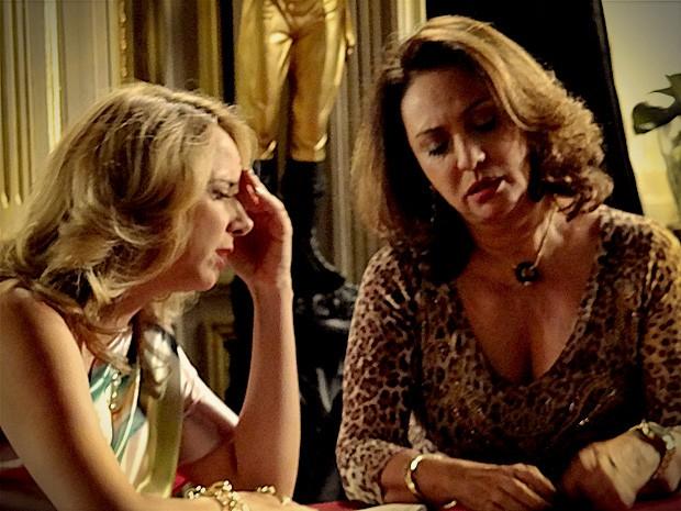 Ivana não acredita quando a mãe confessa que continua a ver Leleco (Foto: Avenida Brasil/TV Globo)