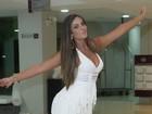 Nicole Bahls escolhe vestido curtinho e decotado para ir a micareta
