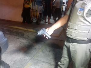 Pistola de cola quente estava com um dos assaltantes (Foto: Shade Andrea / G1)