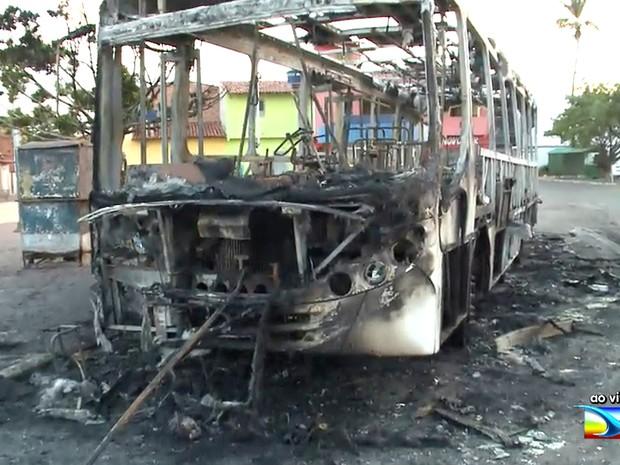 Ônibus é incendiado no bairro Liberdade, em São Luís (MA) (Foto: Reprodução/TV Mirante)