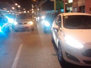 Veículos ficaram parados em uma das faixas da pista após colisão (Foto: Shade Andreia/ G1)
