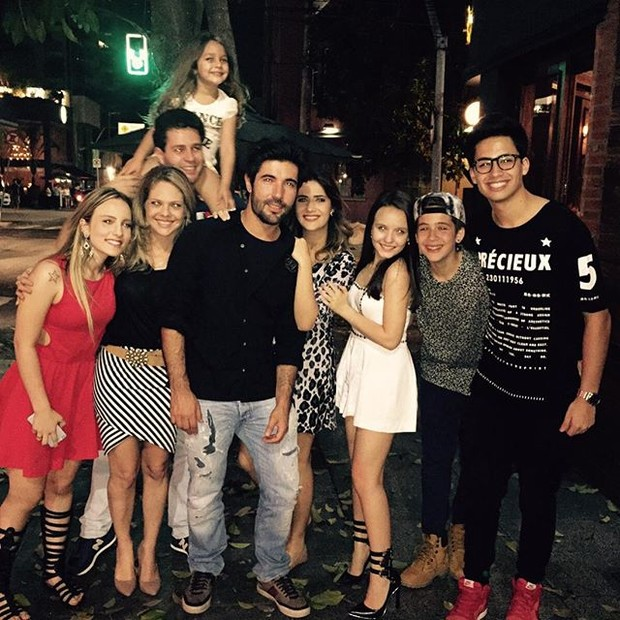 Jéssica Costa e o namorado, Sandro Pedroso, em jantar com Pedro Leonardo, João Guilherme e Mateus Vargas e família (Foto: Reprodução/Instagram)