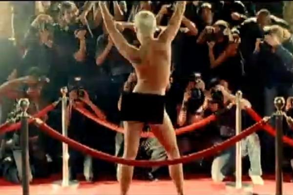 Em um clipe repleto de rebeldia, Pink tira a roupa na frente de vários fotógrafos no vídeo de 'So What' (Foto: Reprodução)