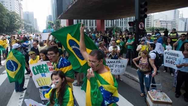 Manifestantes fazem ato contra a corrupção e contra o governo na avenida Paulista (Foto: Marcelo Camargo/Agência Brasil)