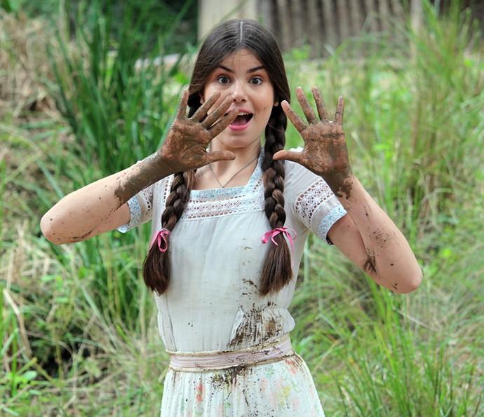 Camila Queiroz fica suja de lama para cena de Mafalda em 'Êta Mundo Bom!' (Foto: Fabio Rosso/Gshow)