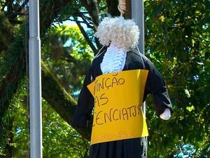 Boneco vestindo toga também foi usado pelos estudantes no protesto em Santa Rosa (Foto: Reprodução/RBS TV)