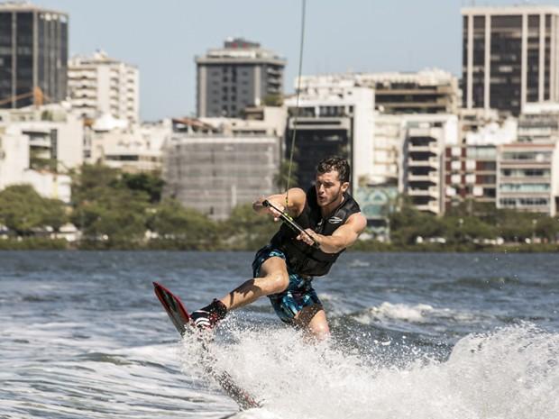 Klebber Toledo 'voa' em manobra de wakeboard (Foto: Inácio Moraes/TV Globo)