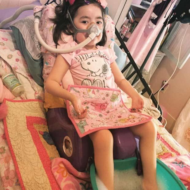 """Pais permitem que filha de 5 anos, com doença terminal, escolha se quer viver: """"Hospital ou céu?"""""""
