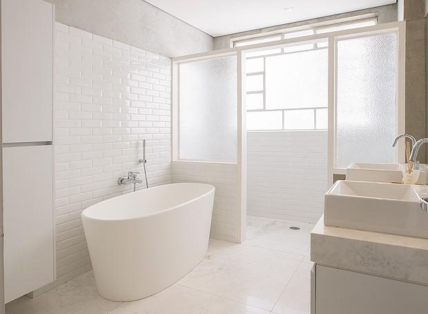 O banheiro recebeu mármore pigues no chão, azulejos imitando cerâmica e cimento queimado nas paredes (Foto: Divulgação)