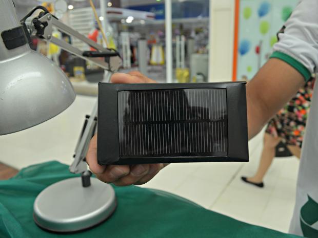 Dispositivo carrega aparelhos eletrônicos através da luz do sol (Foto: Iryá Rodrigues/G1)
