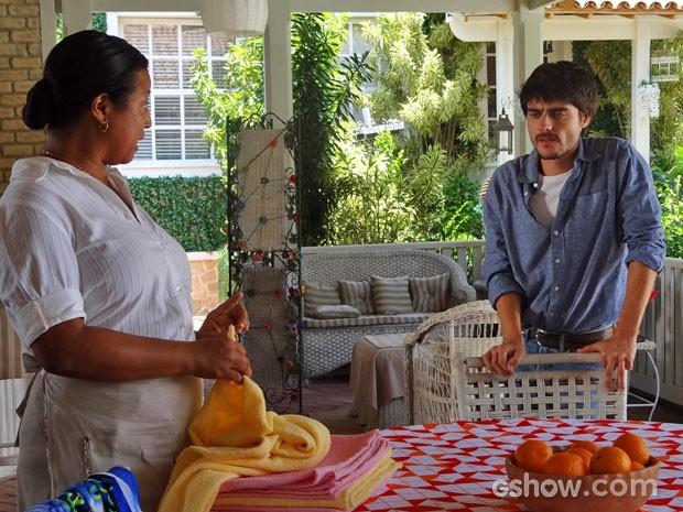 Ceiça conta a Laerte que Helena foi para Esperança (Foto: Em Família / TV Globo)