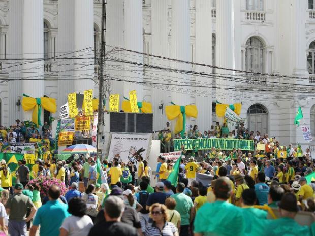 Milhares de manifestantes protestam em Curitiba  (Foto: Giuliano Gomes / Agência Press)