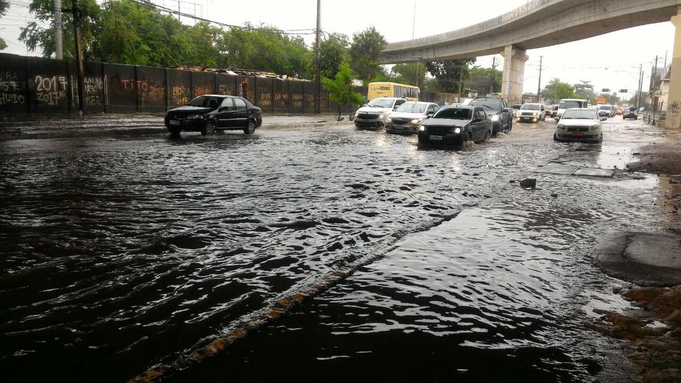 Chuvas causam alagamentos no Recife e podem ocasionar deslizamentos em áreas de morro (Foto: Everaldo Santos/TV Globo)