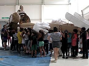 Criança Esperança: crianças carregam o Pinocchio gigante desenhado por Ronaldo Rocha e articulado por Renato Spinelli para a rapsódia italiana do show (Foto: Divulgação / Christina Fuscaldo)