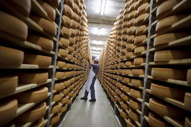Queijeiro trabalha no oeste da Suíça  (Foto: AFP Photo/Fabrice Coffrini)
