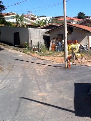 Segundo a Prefeitura, poste será relocado ate quinta (13) (Foto: VC no G1)