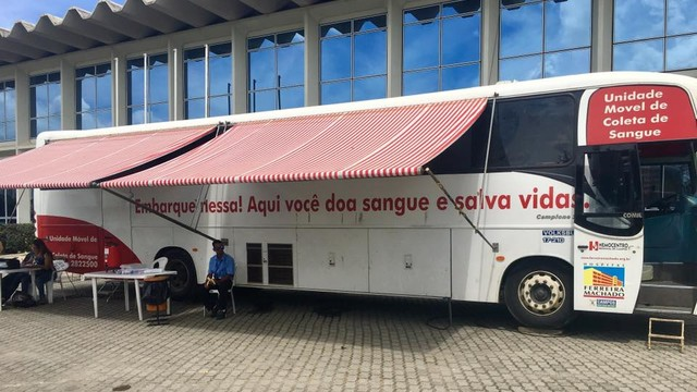 Ônibus do Hemocentro Regional de Campos na sede da Inter TV Planície  (Foto: Natália Marques/Inter TV)