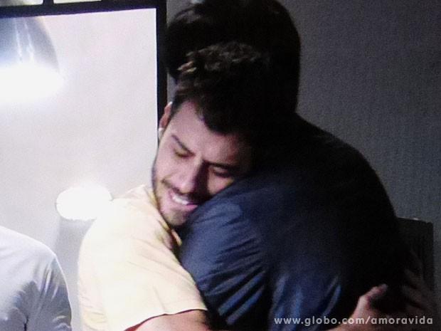 Félix e Anjinho dão aquele abraço (Foto: Amor à Vida/TV Globo)
