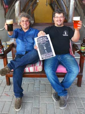 Os irmãos com o rótulo da 'Curitiba Pale Ale' (Foto: Guilherme Glück)