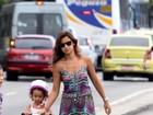 Noiva de Ronaldo se diverte com a filha do ex-jogador no Leblon, no Rio