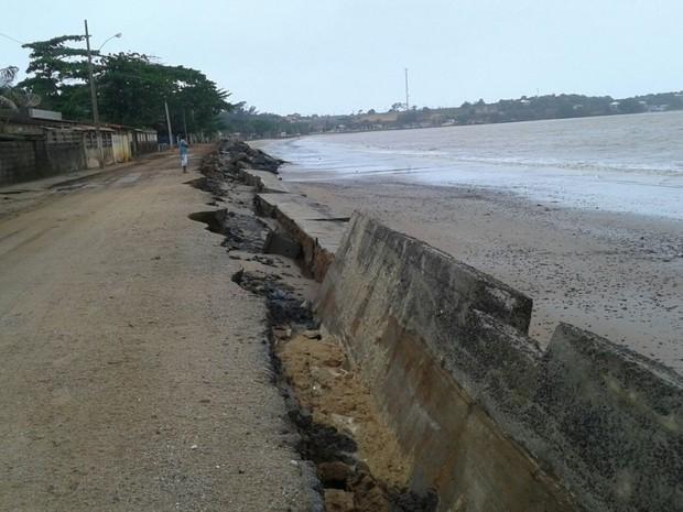 Maré alta destrói muro de contenção de praia em Anchieta, Espírito Santo (Foto: Denise Molina/ VC no ESTV)