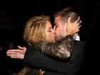 Gerard Piqué segura Shakira no colo e dá beijão
