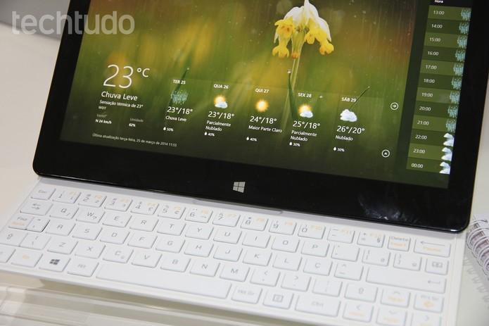 O espaço estreito do teclado torna o uso desconfortável para quem tem mãos grandes (Foto: Pedro Cardoso/TechTudo)