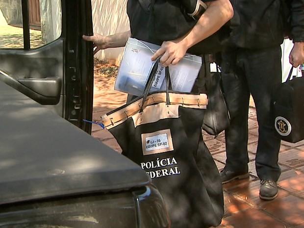 Agentes da PF recolheram documentos na casa do ex-ministro Antonio Palocci (Foto: Paulo Souza/EPTV)