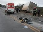 Três pessoas morrem após carro bater em um caminhão em Grão Mogol