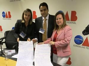 OAB-CE apresenta habeas corpus escrito em lençol em Brasília (Foto: OAB-CE/Divulgação)