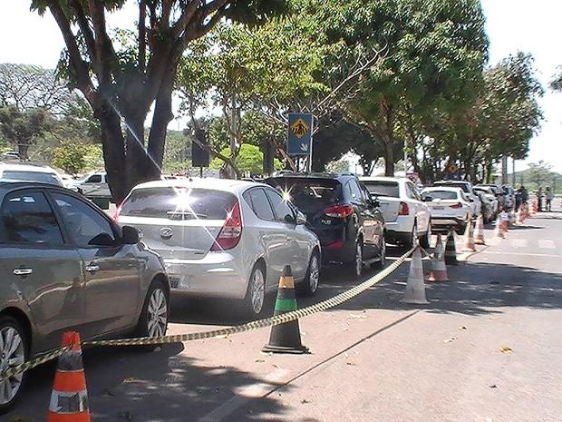 Os 16 carros apreendidos em operação da Polícia Civil do DF (Foto: Lucas Salomão/G1)