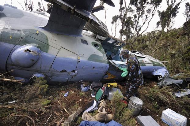 Militares recolhem destroços no helicóptero que caiu no Quênia. (Foto: Peter Greste/Reuters)