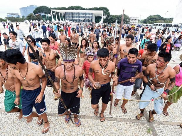 Índios brasileiros de diferentes etnias protestam em frente ao Palácio do Planalto em Brasília (Foto: Evaristo Sa/AFP)