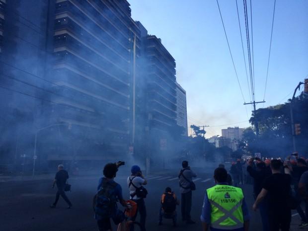 Batalhão de choque da Brigada Militar lançou bombas de efeito moral para dispersar a multidão em Porto Alegre (Foto: Caetanno Freitas/G1)