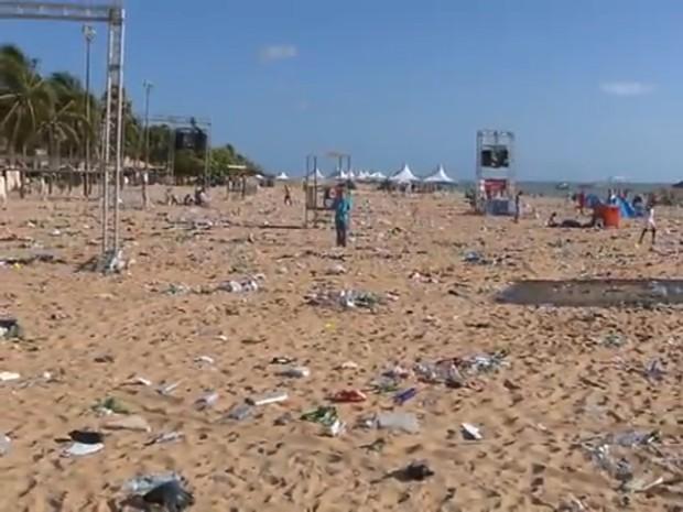 Sessenta toneladas de lixo foram recolhidos da orla de Tambaú e Cabo Branco após festa de Réveillon (Foto: Reprodução/TV Cabo Branco)