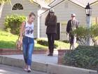 Abatida e usando boné do pai, filha de Walker é clicada ao sair de casa