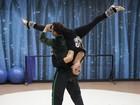 De salto e batom fatal, Gerbelli mostra flexibilidade em ensaio