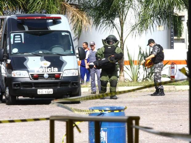 Grupo de Ações Táticas Especiais (Gate) retira artefato que estava preso ao corpo de um homem no Jaguaré, na Zona Oeste de São Paulo. A suspeita era de bomba. O homem, funcionário da Viação Transpass, foi feito refém por criminosos e deixado na garagem. (Foto: Aloisio Mauricio/Estadão Conteúdo)