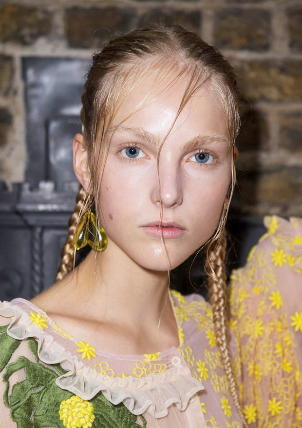 O cabelo molhado na cara de Simone Rocha (Foto: ImaxTree)