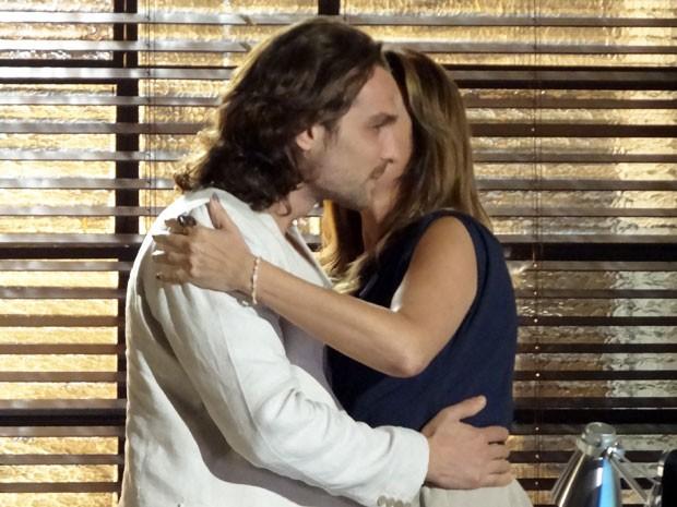 Alberto cede e Yvete lhe dá um beijo pela oportunidade (Foto: Flor do Caribe / TV Globo)