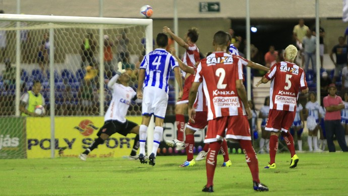 Bola passa acima do gol regatiano (Foto: Ailton Cruz/Gazeta de Alagoas)