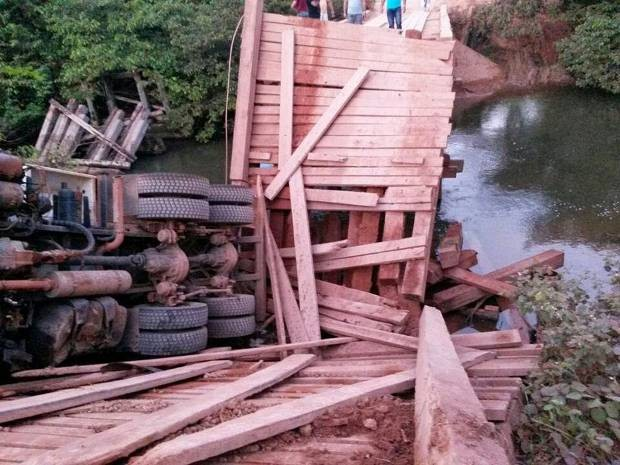 Ponte desaba com caminhão na rodovia Transamazônica (Foto: Divulgação/PRF)