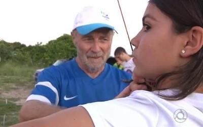Cristian Barbé auxilia Yasmin antes do tiro (Foto: Elias Almeida / TV Cabo Branco)