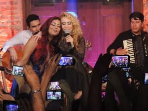 Priscila Senna e Joelma na música 'Amor de Fã', durante gravação do DVD da banda Musa (Foto: Katherine Coutinho / G1)
