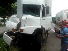 Caminhão bate em poste na BR-393, em Paraíba do Sul, RJ
