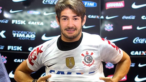 Alexandre Pato apresentação Corinthians (Foto: Andre Penner / AP)