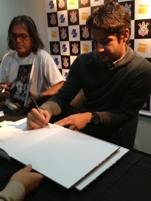 Alexandre Pato em lançamento de livro em São Paulo (Foto: Sergio Gandolphi / globoesporte.com)