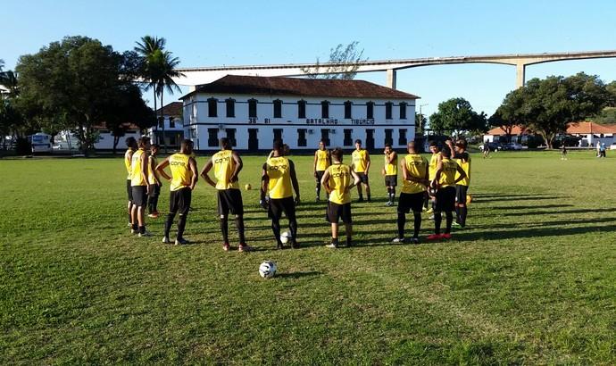 Elenco do Rio Branco-ES durante o treino desta terça-feira, no campo do 38º BI, em Vila Velha (Foto: Sidney Magno Novo/GloboEsporte.com)